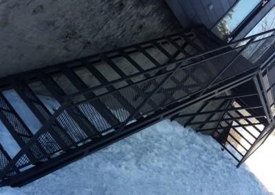 Escalier en métal style grillage industriel